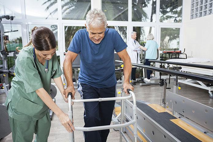 Sprzęt rehabilitacyjny: lepiej wypożyczyć czy kupić?