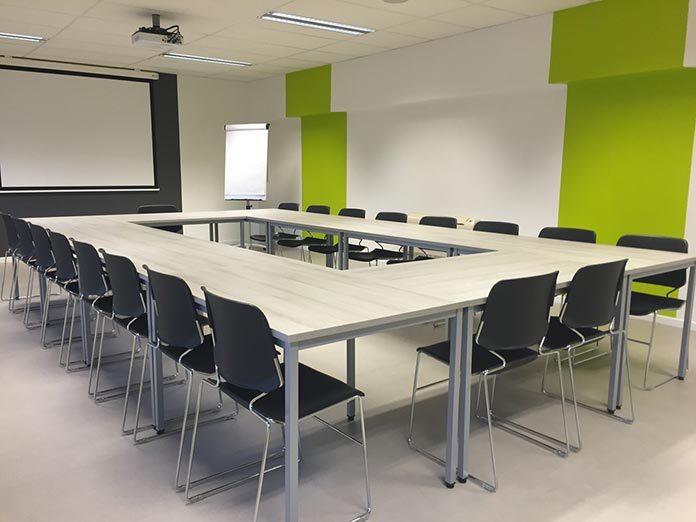 Jak dobrze oświetlić salę konferencyjną?