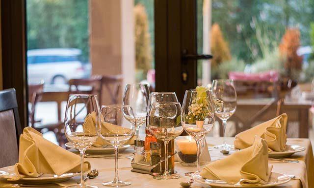Savoir vivre w eleganckiej restauracji, czyli jak się zachować?